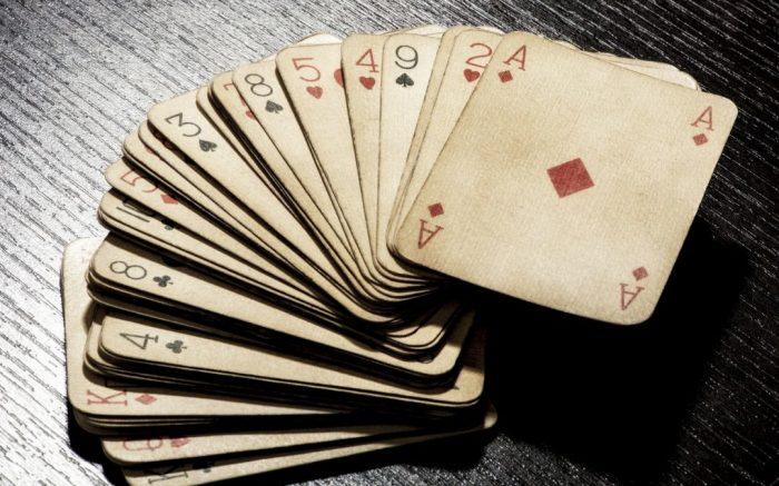 Крахмал освежит внешний вид старой колоды карт. /Фото: sproutdigital.us