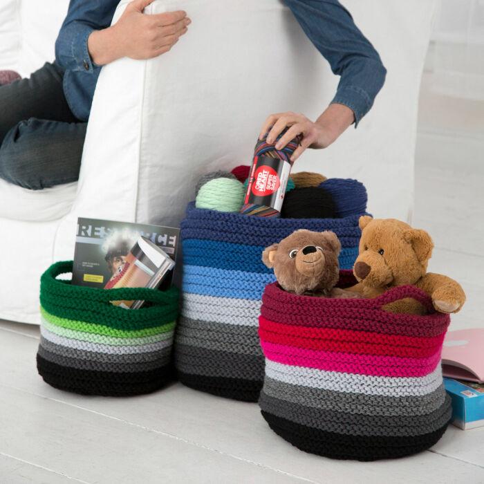 В вязаных корзинках удобно хранить пряжу и игрушки. /Фото: yarnspirations.com