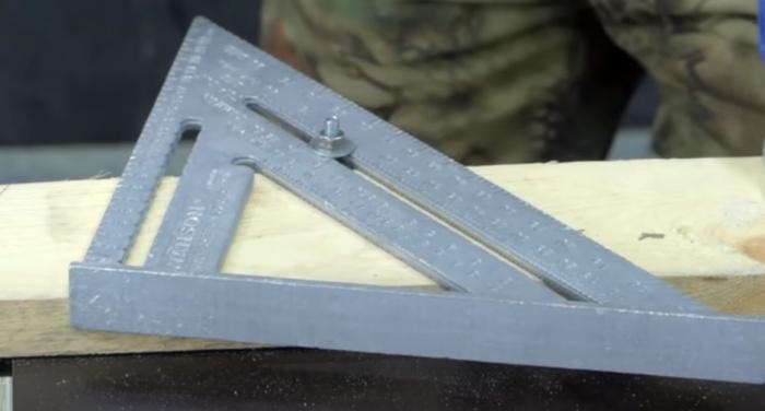 Три элемента – и угольник становится еще удобнее в работе. /Фото: youtube.com/watch?v=6AIlA0_dHnI