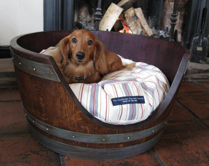 Бочка идеально подходит для переделки под собачью кровать. /Фото: homebnc.com