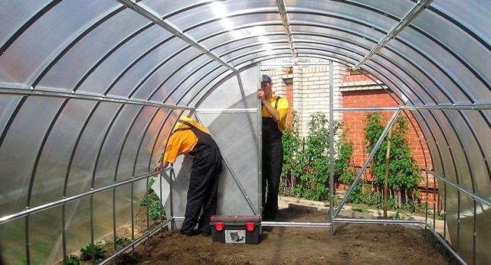 Построить теплицу из поликарбоната можно самостоятельно, либо воспользоваться услугами профессионалов. /Фото: best-diy-site.com