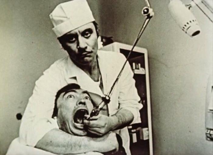 Советские стоматологи зарабатывали частной практикой и модой на золотые улыбки. /Фото: kaufmannstories.files.wordpress.com