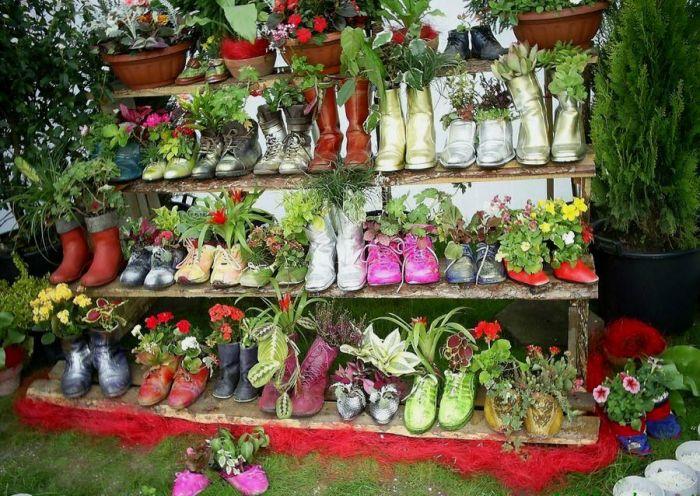 Зачем выбрасывать старую обувь, если из нее можно сделать отличные эпичные клумбочки. /Фото: i.pinimg.com