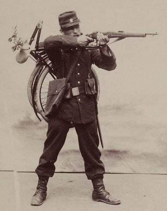Французский солдат со складным велосипедом. /Фото: wwii.space
