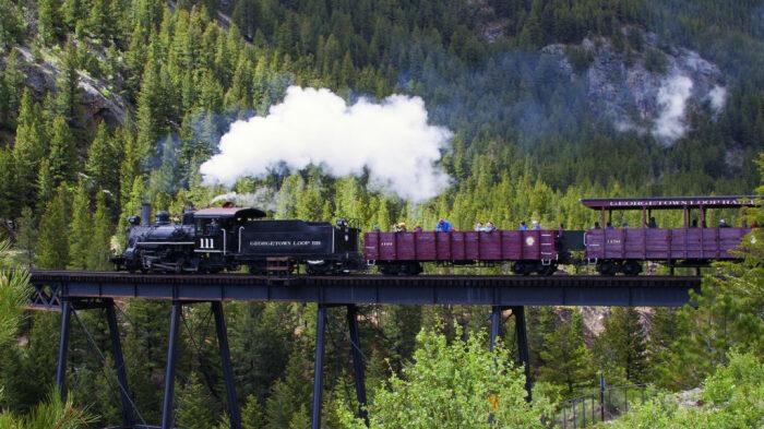 Виды на маршруте открываются живописно-экстремальные. /Фото: georgetownlooprr.com