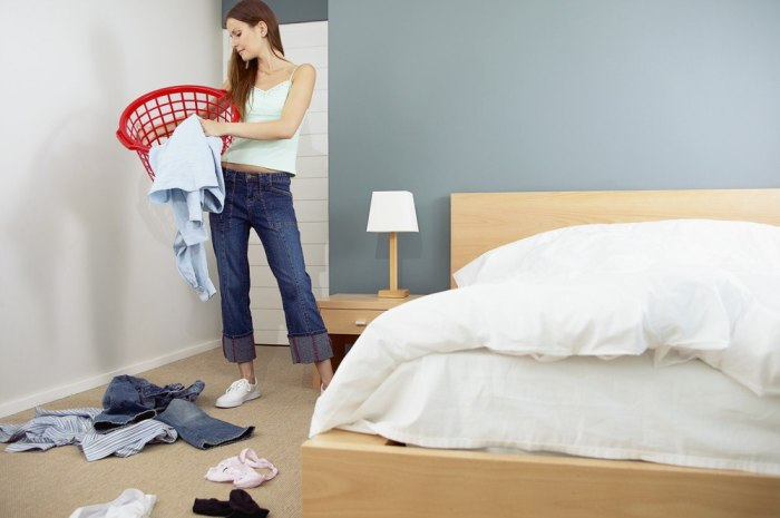 Заправить постель и закинуть одежду в корзину – половина уборки позади. /Фото: sun1-14.userapi.com