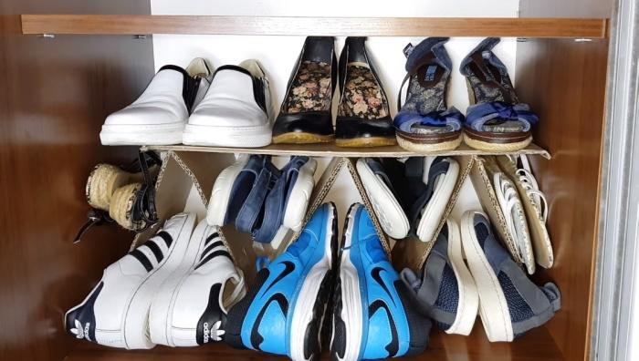 Гофрированный картон – незаменимый материал для обустройства максимально компактного хранения обуви.