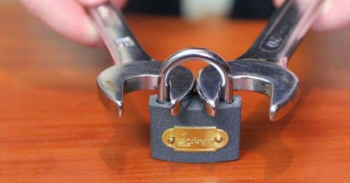 Два гаечных ключа помогут справиться с навесным замком, если он не открывается. /Фото: diaforetiko.gr
