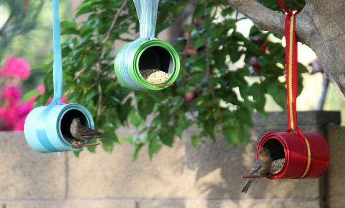 Покрасив кормушку в яркие цвета, можно сделать их не только полезным, но и красивым украшением для сада. /Фото: momendeavors.com
