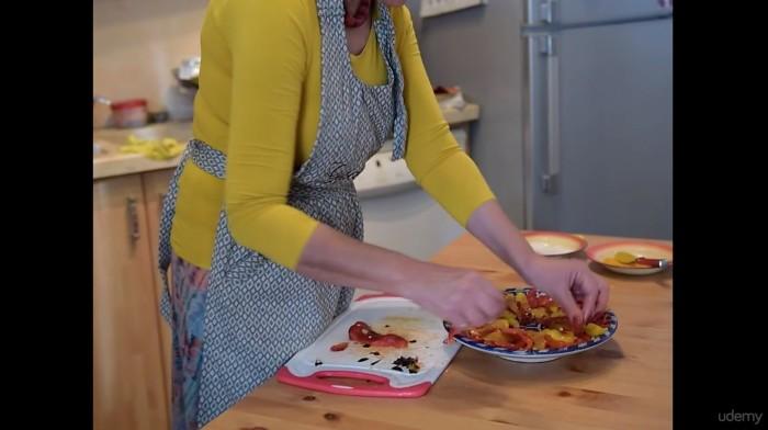 Фартук убережет одежду от пятен при готовке. /Фото: cdn.comidoc.com