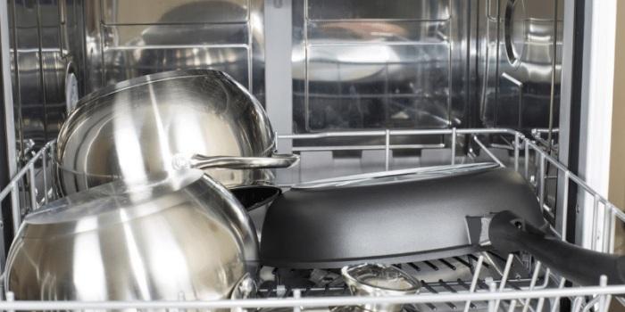 Посуду с антипригарным покрытием лучше мыть руками. /Фото: mk0worldofpans5agtlg.kinstacdn.com