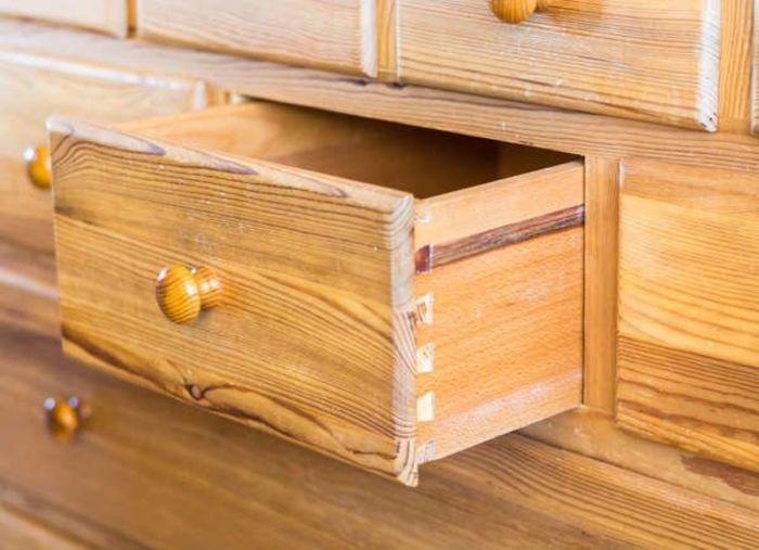 Парафин помогает ящику плавно скользить и беспроблемно закрываться. /Фото: archidea.com.ua