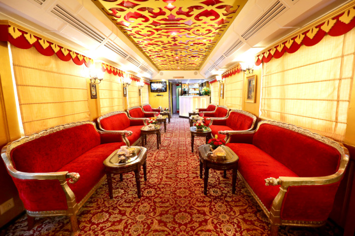 Цвета лаунж-бар поезда Palace on Wheels подчеркивают национальный колорит. /Фото:  luxetrains.com
