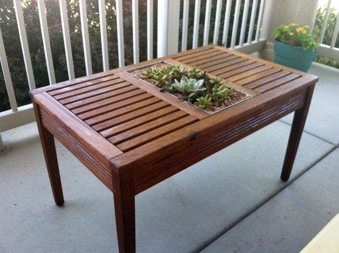 Стол из дерева легко переделывается в «цветущий» вариант. /Фото: crapivemade.com