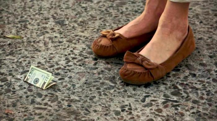 Нашел деньги – отдай полиции. /Фото: consciousreminder.com