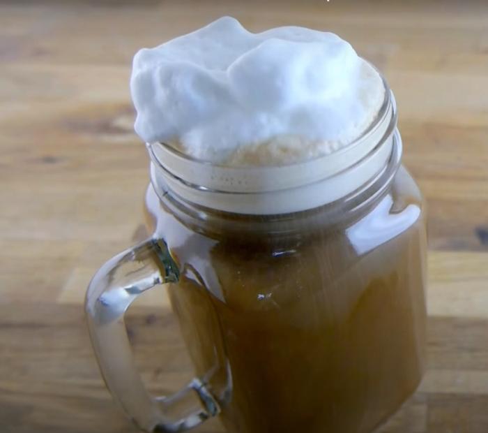 С такой простой пенкой также получается отличный напиток. /Фото: youtube.com
