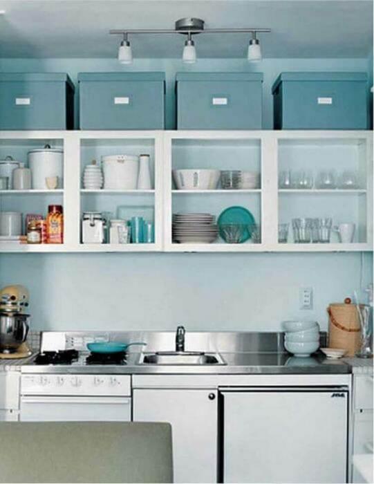 Не обязательно надстраивать шкафы, можно просто поставить коробки. /Фото: fasingur.info
