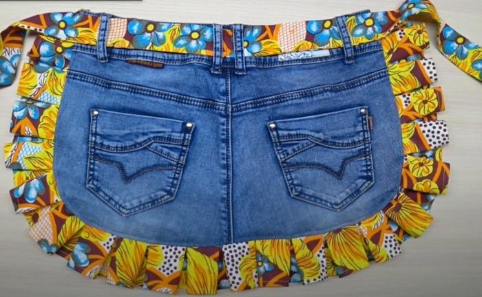 Задняя часть джинсов практически готовый фартук с карманами. /Фото: youtube.com/watch?v=-sjQTO25z6E