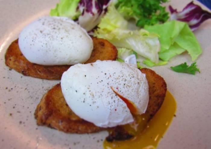 Яйца пашот намного полезнее обычных. /Фото: img-global.cpcdn.com