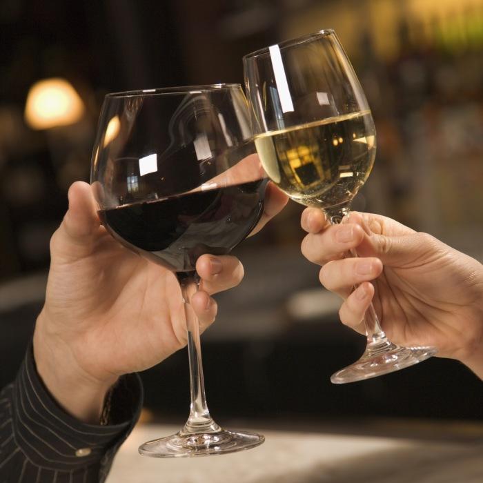 Распространенная ошибка при употреблении вина: держать бокал ладонью. /Фото: 2.bp.blogspot.com