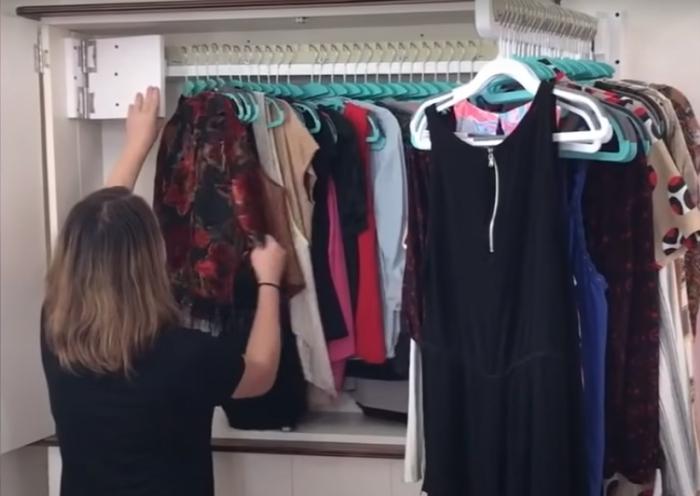 С таким органайзером в шкафу поместится много вещей. /Фото: youtube.com