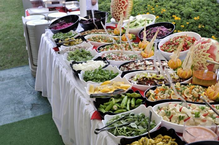 Разнообразие закусок лучше оставить для празднеств, а повседневное меню упростить. /Фото: archzine.net