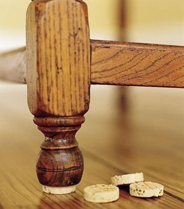 С такой подставкой мебель точно не будет портить пол. /Фото: photo-3-baomoi.zadn.vn