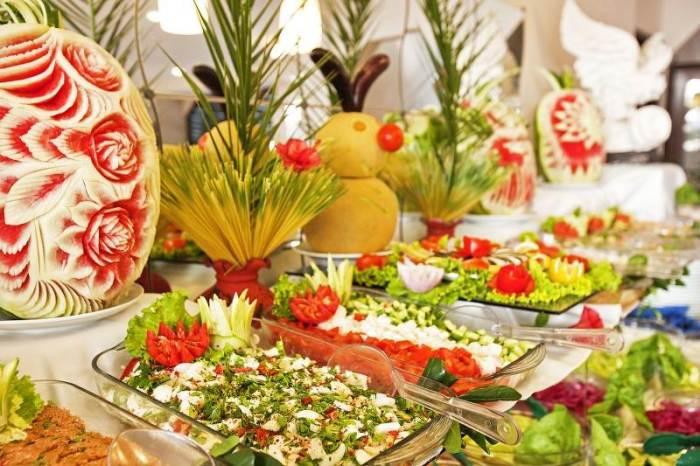В салат-баре отелей лучше выбирать закуски без майонеза. /Фото: heryerdentatil.com