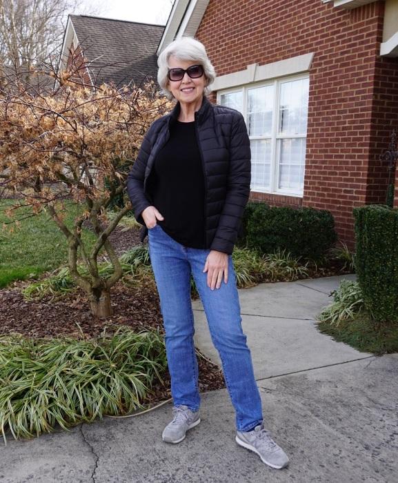 Кроссовки удобны и позволяют выглядеть современно. /Фото: susanafter60.com