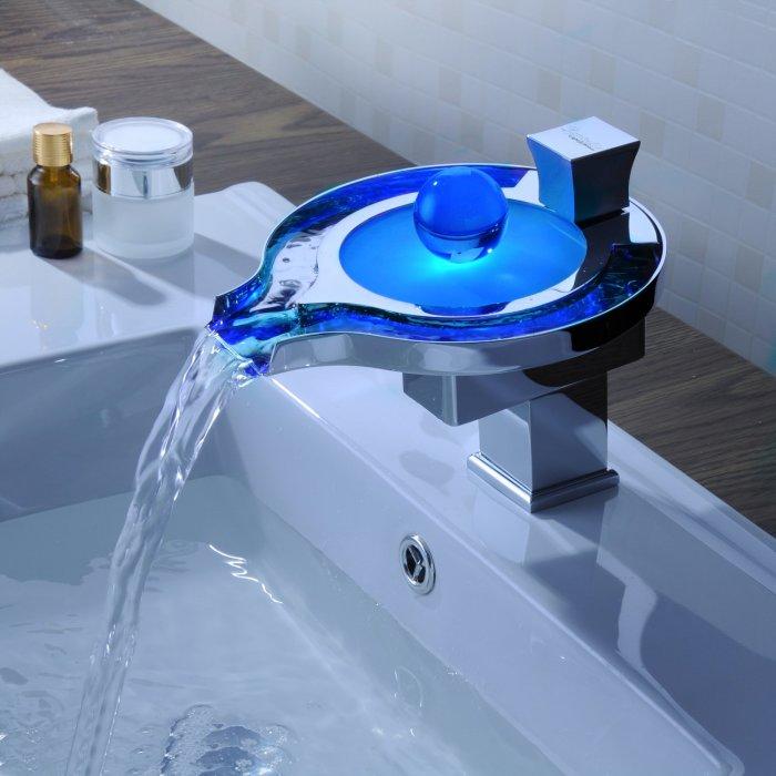 Этот кран меняет цвет, да не просто так, а выводя на чистую воду грязнуль. /Фото: images-na.ssl-images-amazon.com