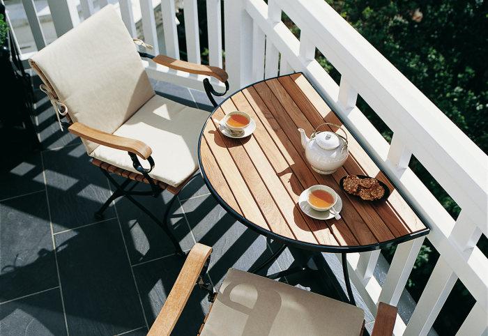 На любом балконе можно выделить немножко места для приятного отдыха. /Фото: cdn.stylepark.com