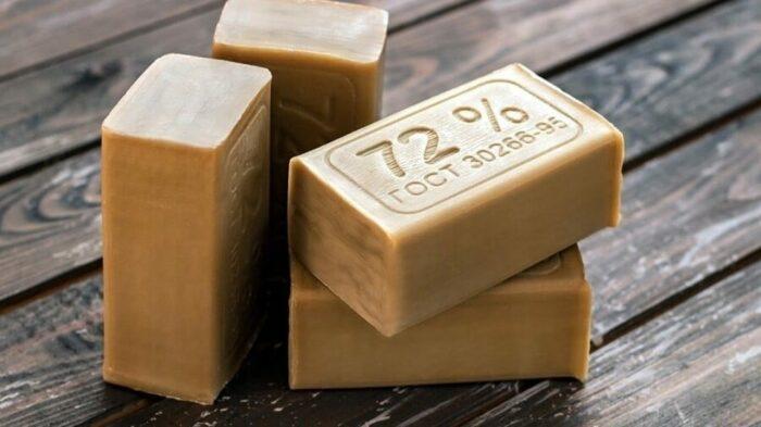 Хозяйственное мыло очень полезно в быту, как и его самодельные аналоги. /Фото: ostrnum.com