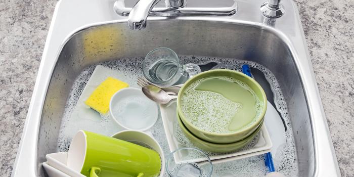 Складывание утвари в раковину с водой сокращает время на ее мытье. /Фото: wp.en.aleteia.org
