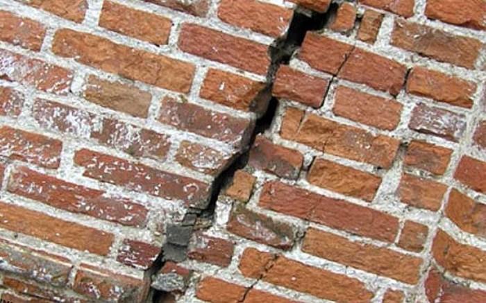 Трещина в стене дома – это катастрофа. /Фото: hochuremont.com
