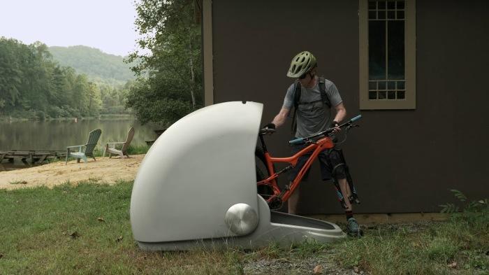 Надежное укрытие для любимого средства передвижения, благодаря которому оно не будет мешаться дома. /Фото: i.ytimg.com