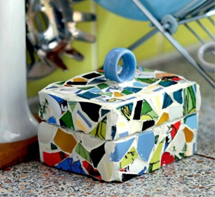 С помощью битой плитки можно сделать уникальную шкатулку для хранения украшений. /Фото: ya-superpuper.com