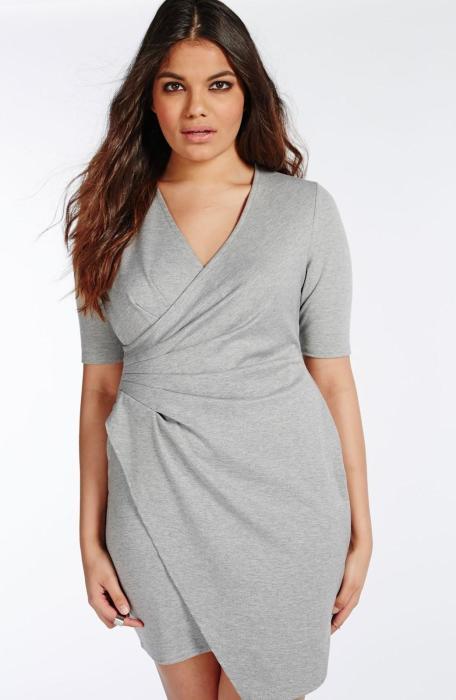 V-образный вырез и удачный фасон платья — гарантируемый визуальный эффект стройности. /Фото: plus-size-dress.ru