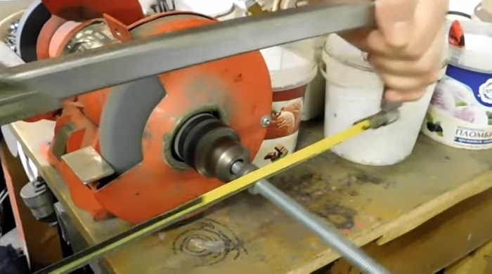 Зажав шпильку в патроне, ее можно ровно разрезать и ножовкой. /Фото: youtube.com/watch?v=k7BVTc17xL0