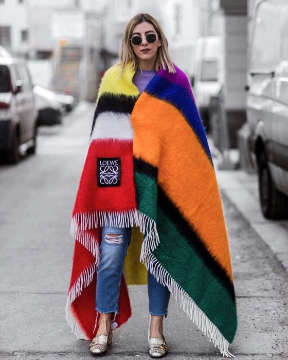Вот так ярко и неординарно смотрится яркая накидка с обычными джинсами, делая образ стильным и модным. /Фото: 1.bp.blogspot.com