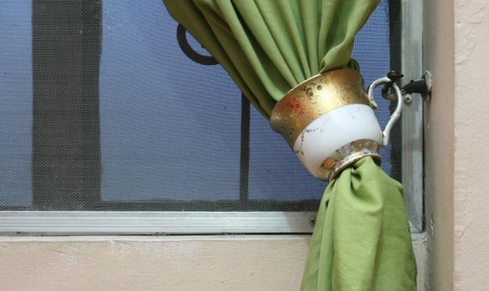 Оригинальное решение для кухни, где в виде подхвата для штор использована кружка. /Фото: img.aviarydecor.com