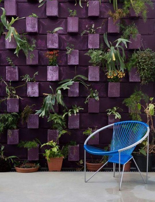 Забор сочетает функции ограждения и подставки для цветов. /Фото: i0.wp.com