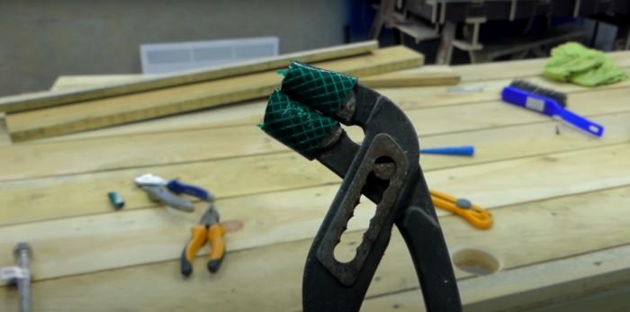 Полезный лайфхак для работы с гайками. /Фото: youtube.com