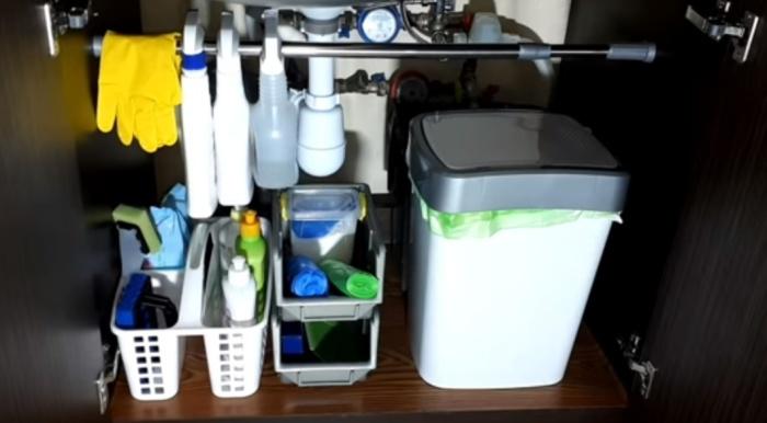 Под мойкой всегда есть место, которое можно организовать для хранения самыми разными способами.