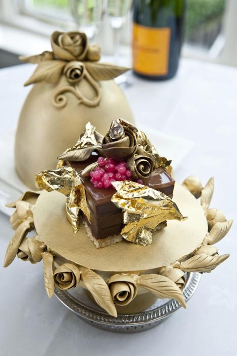 Эстетика десерта не уступает ювелирному прототипу – яйцам Фаберже. /Фото: hedonizem.si