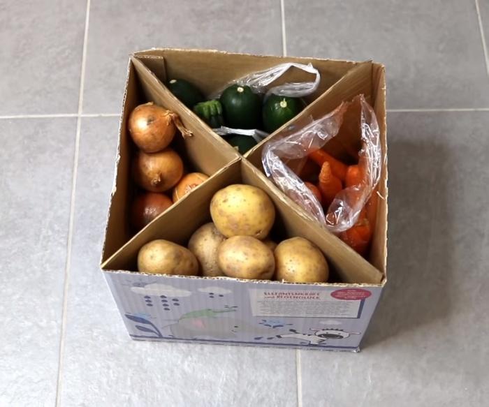 В такой коробке овощи хранятся каждый в своем отсеке.