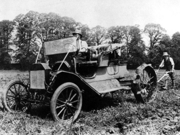 Ford Model T выполняет роль трактора. /Фото: timedotcom.files.wordpress.com