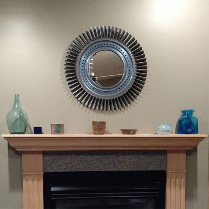 Такое зеркало гармонично впишется в урбанистический стиль интерьера. /Фото: blazepress.com