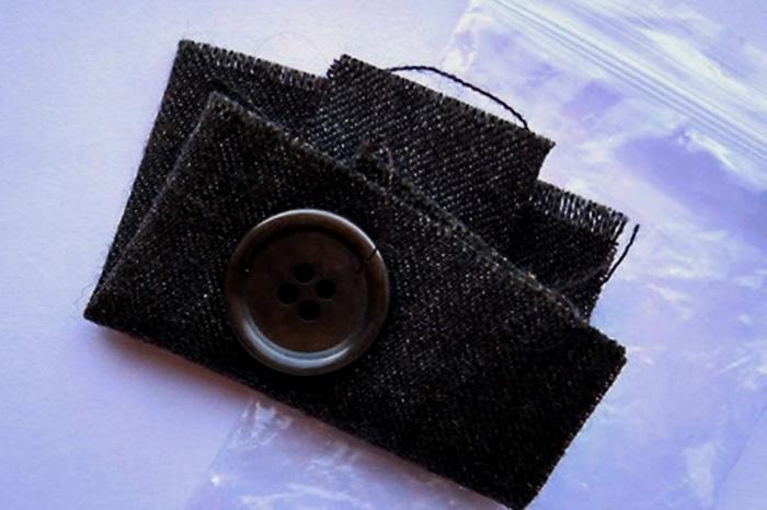 Лоскуток ткани поможет избежать неприятностей с усадкой или порчей новой вещи.