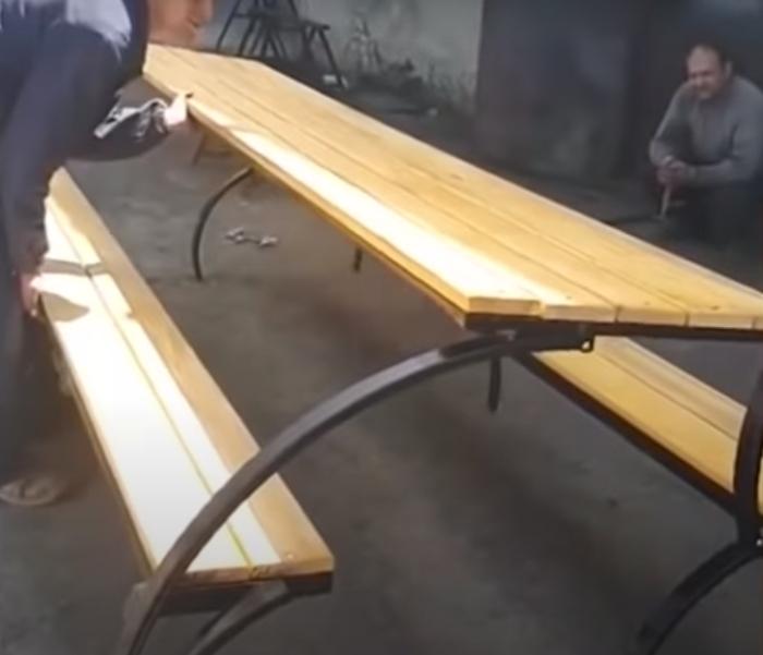 Довольно просторный стол с двумя лавками способен трансформироваться. /Фото: youtube.com