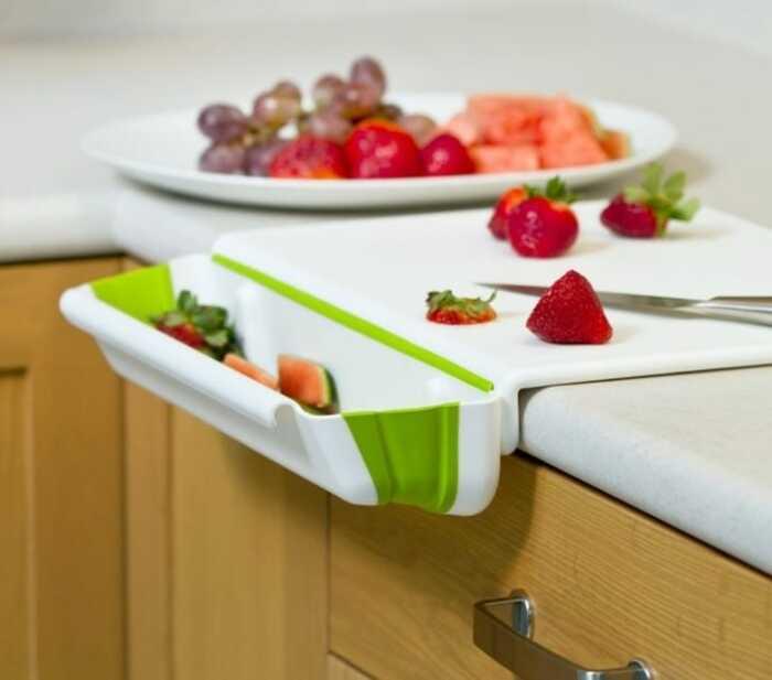 С такой доской работать с продуктами и отходами станет гораздо удобнее. /Фото: ololo.tv